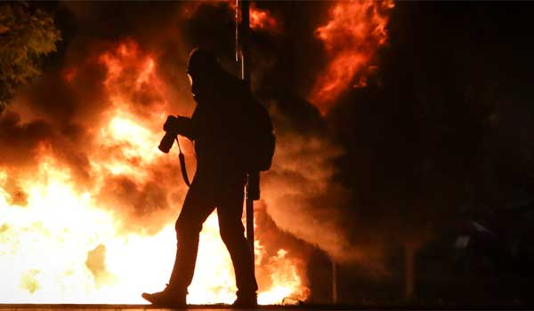 Eμπόλεμη ζώνη η Θεσσαλονίκη. Ξύλο σε διαδηλωτές και χημικά σε γυναικόπαιδα