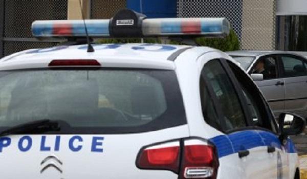 Σύνταγμα: H σύλληψη ενός μικροπωλητή από αστυνομικό. Βίντεο - ντροπή