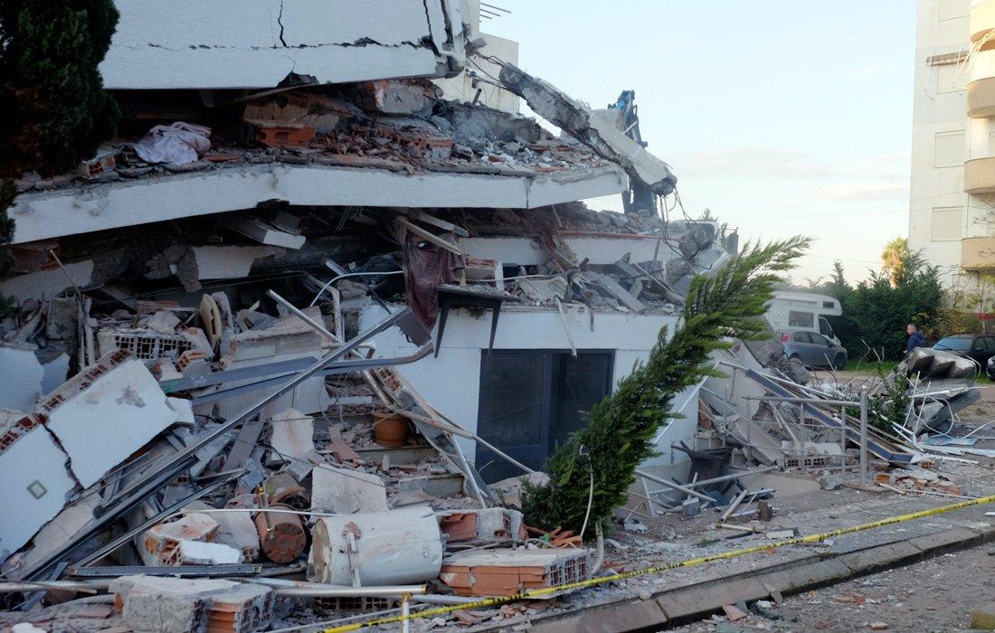 Βίντεο ντοκουμέντο: Αστυνομικός διοικητής Τιράνων κλέβει την ανθρωπιστική βοήθεια για τους σεισμόπληκτους