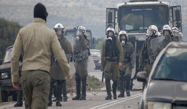 Χάος στη Λέσβο: Πολίτες με όπλα - Τραυματίες από σκάγια, πολιορκία των ΜΑΤ σε στρατόπεδο