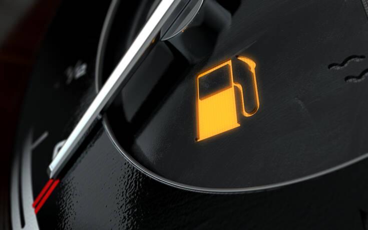 Τι μπορεί να πάθει το αυτοκίνητο αν οδηγείς με αναμμένο το λαμπάκι βενζίνης