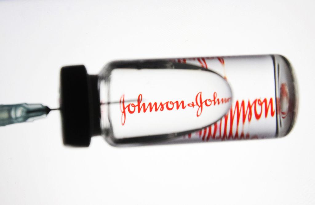 Johnson & Johnson: Καθυστέρηση στην παράδοση εμβολίων στην Ευρώπη - Διακοπή στις ΗΠΑ